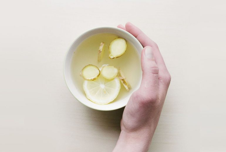 zamienniki kawy, kubek z wodą imbirem i cytryna